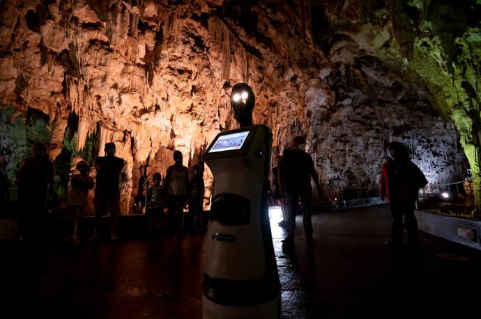 Робот водит туристов по пещере Алистрати