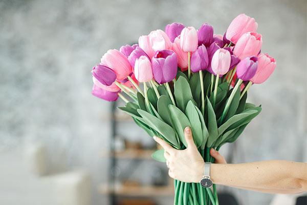 Оперативная доставка цветов – полезная услуга и универсальность презента